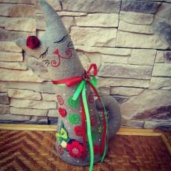 """Креативная красно-зелёная игрушка из полотна """"Кошка с закрытыми глазами"""" (ГИ-0010)"""
