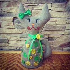 """Милая стоячая игрушка ручной работы """"Кошка Зелёная"""" (ГИ-0011)"""