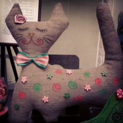 """Розово-зелёная мягкая игрушка из полотна """"Кошка с закрытыми глазами"""" (ГИ-0018)"""